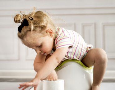 کودک دچار یبوست در حال باز کردن دستمال کاغذی.